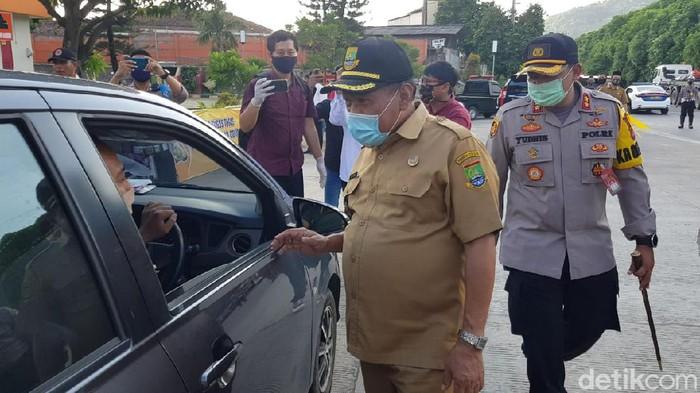 Wali Kota Cilegon, Edi Ariadi saat mengecek penyaringan kendaraan di gerbang tol Cilegon Barat (M Iqbal/detikcom)