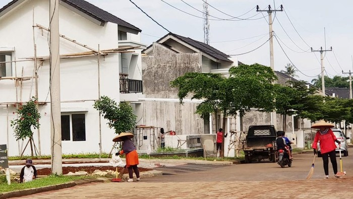 Sejumlah pekerja kebersihan salah satu perumahan di wilayah Depok Jawa Barat tengah melakukan aktivitas kebersihan di tengah pandemi COVID-19. BTN telah menyiapkan fasilitas restrukturisasi online untuk membantu debitur terdampak COVID-19 dan saat ini lebih dari 17.000 debitur dengan baki debet sekitar Rp 2,7 Triliun telah diproses perseroan.