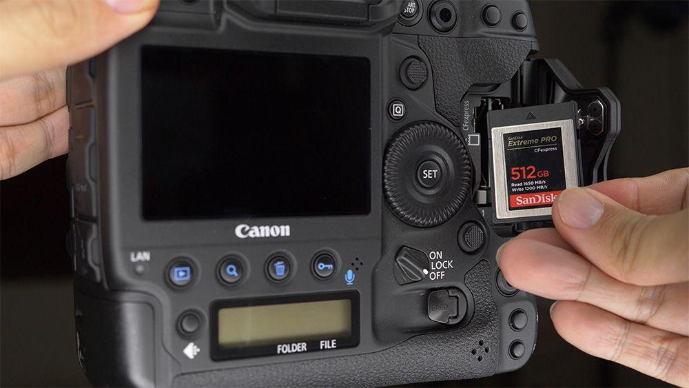 1DX III hanya bisa menerima kartu CFexpress type B. Salah satu kunci peningkatan 1DX