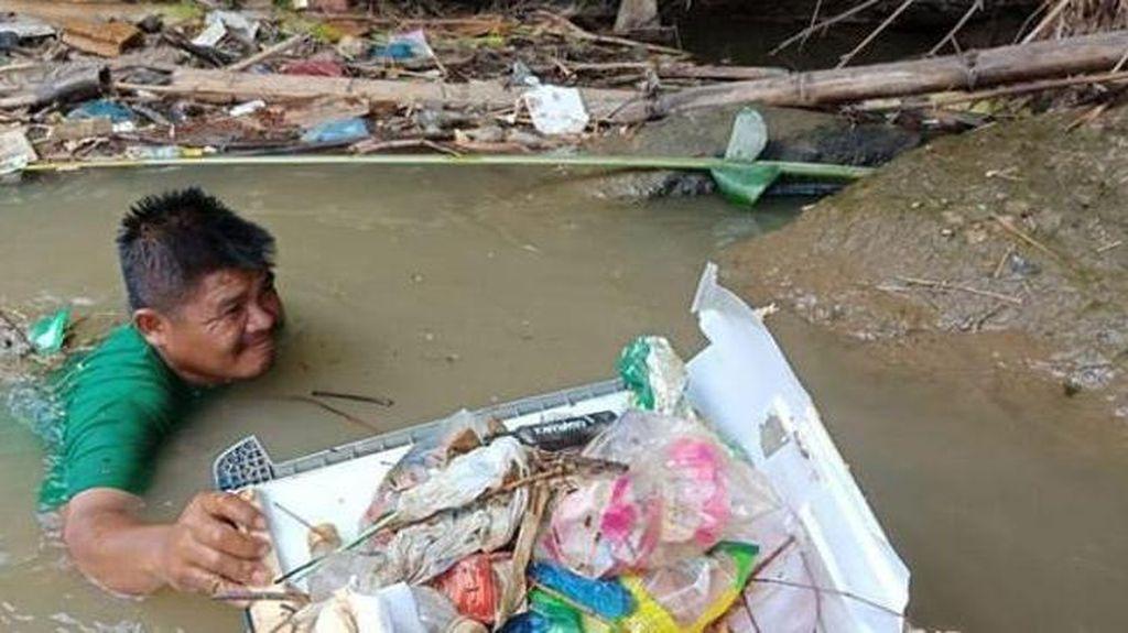Viral Kisah Wahyudi, Menerjang Arus Bersihkan Sampah dari Sungai di Medan