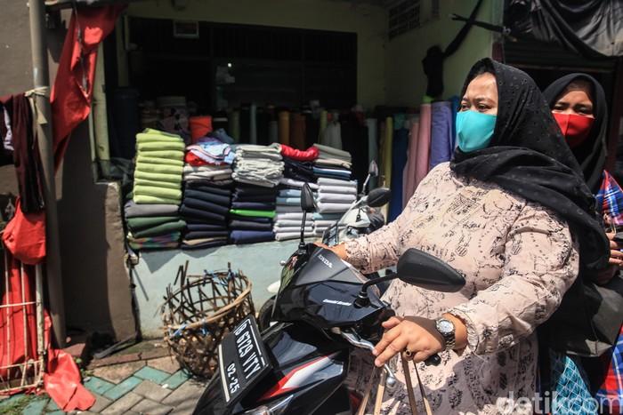 Pemerintah menyetujui Pembatasan Sosial Berskala Besar (PSBB) di Banten. Jelang penerapan PSBB, aktivitas di Pasar Cipadu masih normal.