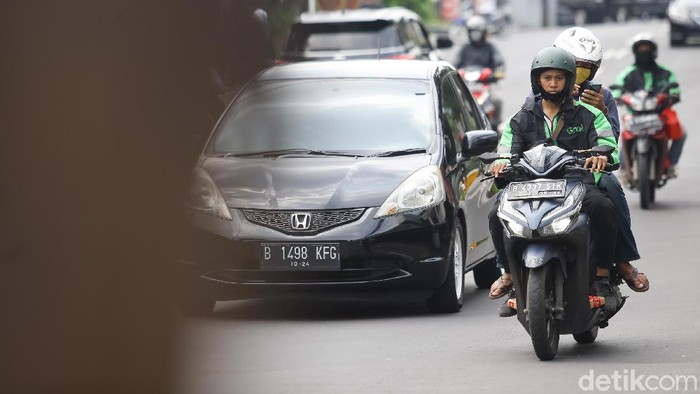 Ojek online kembali tengah menarik penumpang di kawasan Jakarta Selatan, Senin (13/4/2020). Kementerian Perhubungan mengizinkan ojek online (ojol) untuk kembali mengangkut penumpang wilayah yang menerapkan PSBB.