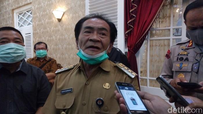 Bupati Banjarnegara Budhi Sarwono saat jumpa pers di rumah dinas, Senin (13/4/2020).