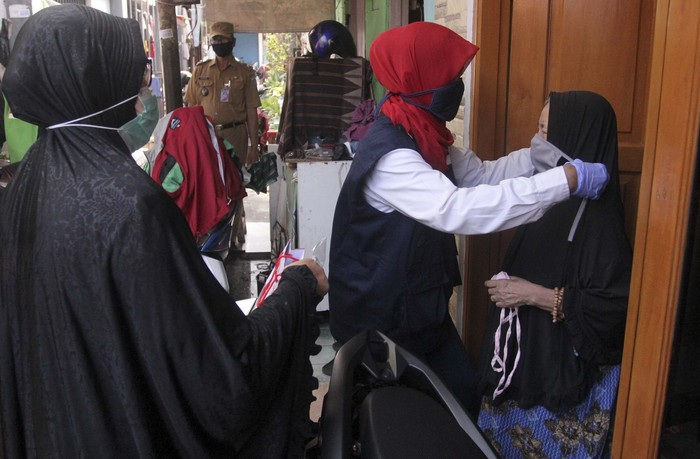 Relawan Palang Merah Indonesia (PMI) membagikan 2.500 paket perlengkapan perilaku hidup bersih dan sehat (PHBS kit) yang berisikan masker dan sabun cuci tangan untuk masyarakat terdampak pandemi Corona.