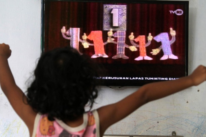 Seorang murid sekolah dasar (SD) belajar melalui siaran streaming TVRI di rumahnya, di Padang, Sumatera Barat, Senin (13/4/2020). Kemendikbud resmi meluncurkan program