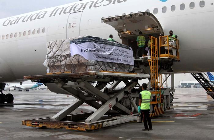 Bantuan alat-alat pelindung diri (APD) untuk tenaga medis terus berdatangan, seperti salah satunya ini di Bandara Soekarno Hatta, Jakarta, Senin (13/4).