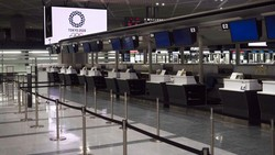 Bandara Narita di Tokyo dipenuhi oleh tempat tidur kardus. Hal itu sengaja disediakan pihak bandara untuk penumpang yang sedang menunggu hasil tes virus Corona.