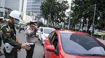Petugas Gabungan Mulai Tindak Pelanggar PSBB di Jakarta