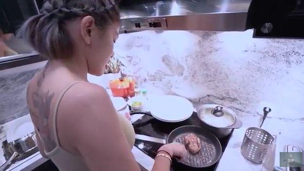 Nikita Mirzani masak steak