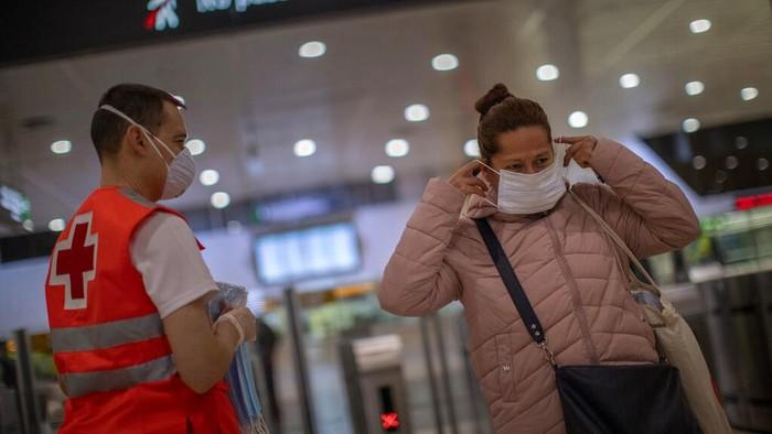 Di tengah pandemi COVID-19, sejumlah negara mulai mempertimbangkan untuk melonggarkan kebijakan pembatasan sosial dengan harapan angka kematian segera menurun.