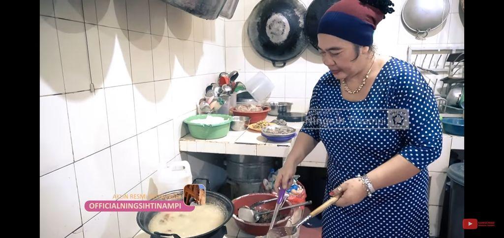 Ningsih Tinampi masak nasi tumpeng