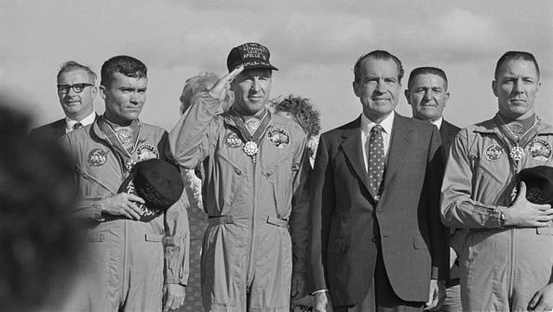 US President Richard Nixon meets the Apollo 13 astronauts in Honolulu, Hawaii, after their safe return to Earth, 23rd April 1970. From left to right (front row) Fred Haise, Jim Lovell, Richard Nixon (1913 - 1994) and Jack Swigert (1931 - 1982). (Photo by Harry Benson/Daily Express/Getty Images)
