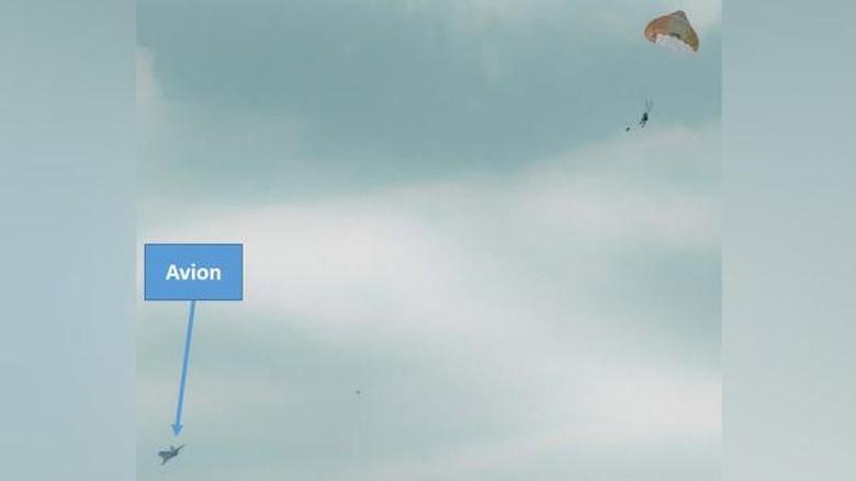 Tampak parasut terkembang setelah pria menekan tombol kursi lontar di pesawat jet.