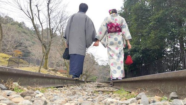 Ada banyak pasangan yang mengabadikan cinta mereka dengan berjalan di atas rel di bagian tengah sambil bergandengan. Tak heran kalau Keage Incline juga populer sebagai spot foto romantis. Hanya saja, ada sedikit kesalahpahaman tentang destinasi tersebut (Twitter)