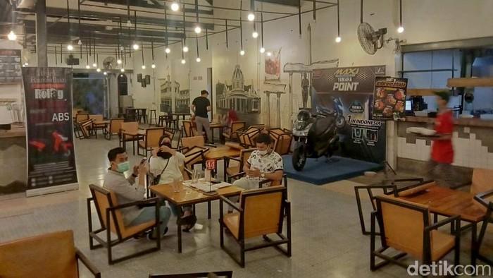 Mengantisipasi penyebaran dan semakin meluasnya virus Corona di Surabaya, tim gabungan operasi membubarkan keramaian di sebuah cafe, Senin (13/4/2020) malam.