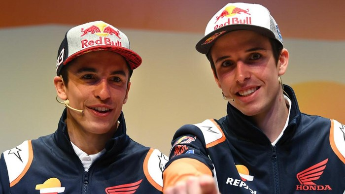 Repsol Honda Teams Spanish MotoGP driver Marc Marquez and his brother teammate Alex (R) attend the presentation of the new Repsol Honda team in Madrid on January 27, 2020. (Photo by GABRIEL BOUYS / AFP)