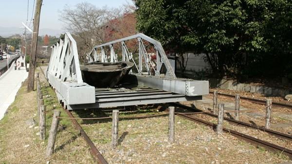 Di masa jayanya, rel tersebut menjadi jalur transportasi yang menghubungkan Kyoto dan Lake Biwa. Bekas jalur kereta aktif itu kerap digunakan untuk mengangkut kapal boat. Tak heran kalau setiap jalurnya begitu lebar (Twitter)