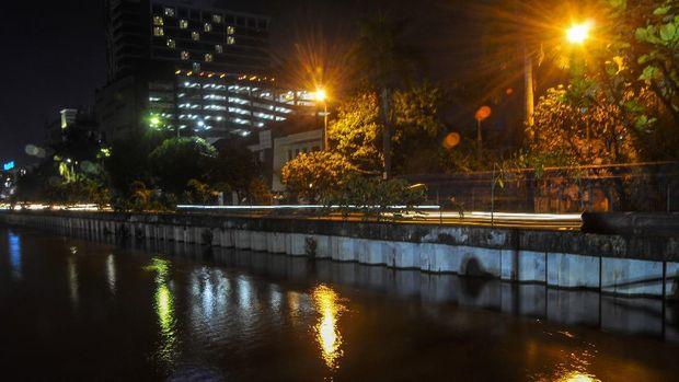 Hotel di Bekasi menyalakan lampu kamar berbentuk hati sebagai komitmen dalam memerangi pandemi Corona