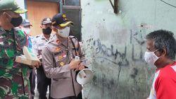 Polisi, TNI dan Pemkot Bagi-bagi Masker dan Cek Suhu Tubuh Warga