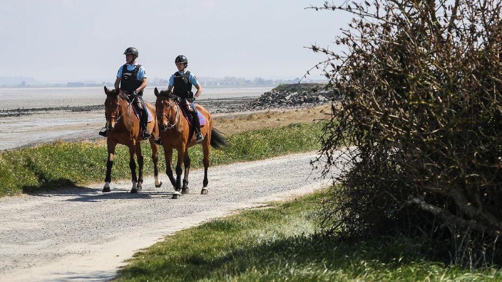 Polisi Prancis Berpatroli Naik Kuda saat Lockdown