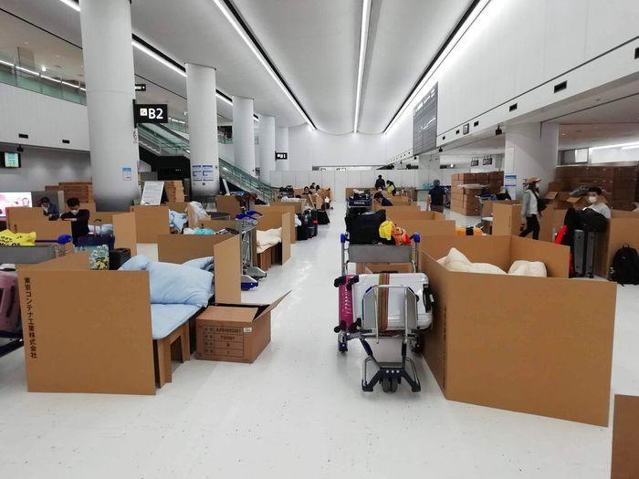 Bandara Narita di Tokyo dipenuhi tempat tidur kardus. Sejumlah tempat tidur kardus itu disediakan bagi penumpang yang sedang menunggu hasil tes virus Corona.