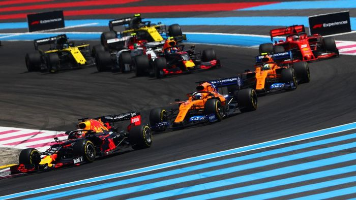 LE CASTELLET, FRANCE - JUNE 23: Max Verstappen of the Netherlands driving the (33) Aston Martin Red Bull Racing RB15 leads Carlos Sainz of Spain driving the (55) McLaren F1 Team MCL34 Renault on track during the F1 Grand Prix of France at Circuit Paul Ricard on June 23, 2019 in Le Castellet, France. (Photo by Dan Istitene/Getty Images)