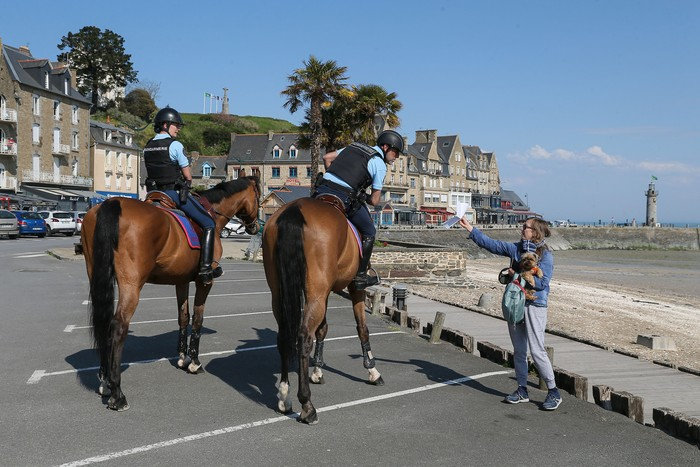 Prancis jadi negara ke-5 dengan kasus COVID-19 terbesar di dunia, negara itu pun terapkan lockdown dan berdayakan kuda sebagai kendaraan polisi untuk berpatroli
