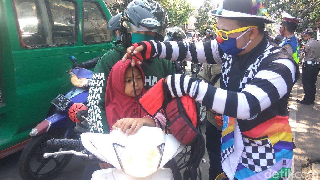 Aksi Badut Bagi-bagi Masker dan Hibur Pengendara di Jalanan Kota Cimahi