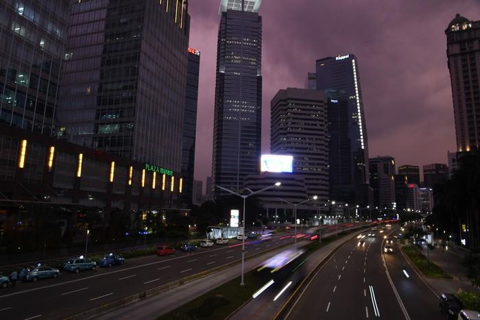 Suasana lalu lintas di Jalan Sudirman, Jakarta, Selasa (14/4/2020). Memasuki hari kelima pemberlakuan Pembatasan Sosial Berskala Besar (PSBB) di DKI Jakarta lalu lintas di Ibu kota terpantau ramai lancar. ANTARA FOTO/Hafidz Mubarak A/hp.