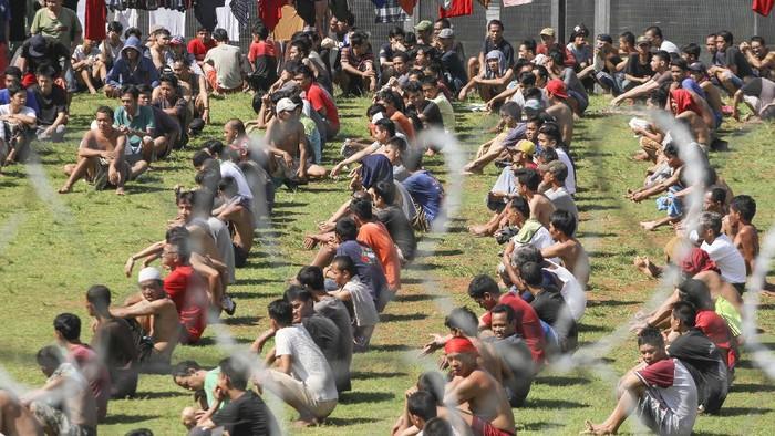 Sejumlah warga binaan berjemur di bawah matahari di Rutan kelas 1, Depok, Jawa Barat, Kamis (2/4/2020). Kementerian Hukum dan HAM menerapkan protokol kesehatan di rumah tahanan (Rutan) dan lembaga pemasyarakatan (Lapas) dengan meminta warga binaan berjemur guna membantu meningkatkan imunitas. ANTARA FOTO/Asprilla Dwi Adha/aww.