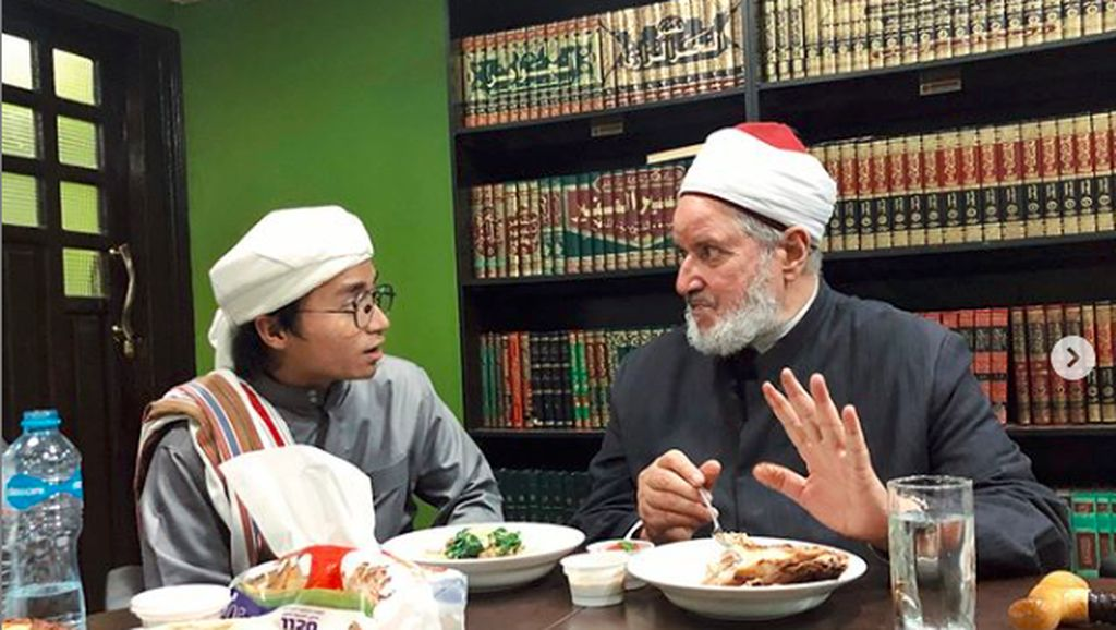 Momen Taqy Malik Tiru Gaya Salt Bae hingga Makan Bareng Syekh