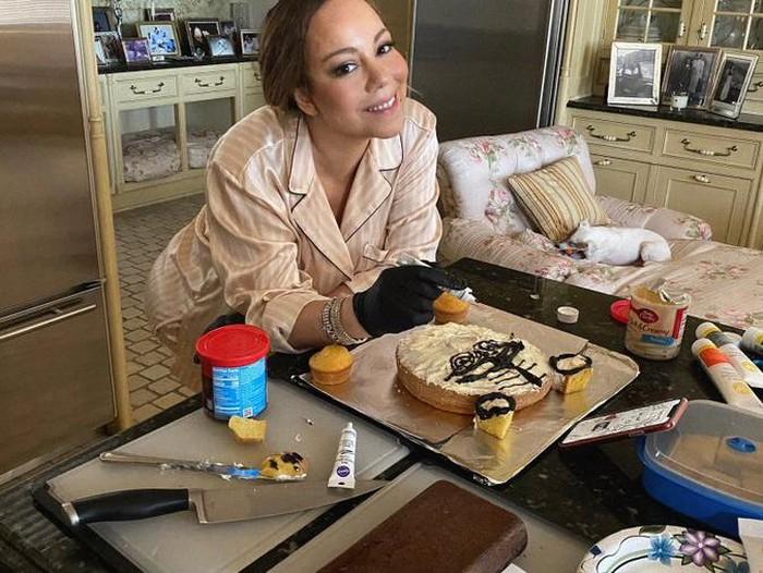 Mariah Carey bikin kue