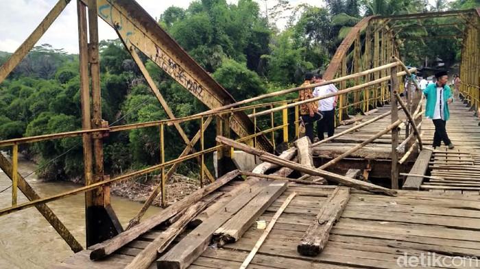Tiga orang warga tewas di jembatan penghubung Sukabumi-Cianjur. Mereka tewas setelah terjatuh dari jembatan yang pijakannya rapuh dan sebagian besar jebol.