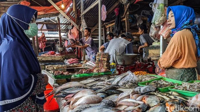 Pedagang beraktifitas seperti hari-hari biasa di tengah pandemi COVID-19, di Pasar Jombang, Ciputat, Kota Tangerang Selatan (Tangsel), Banten (15/4/2020).