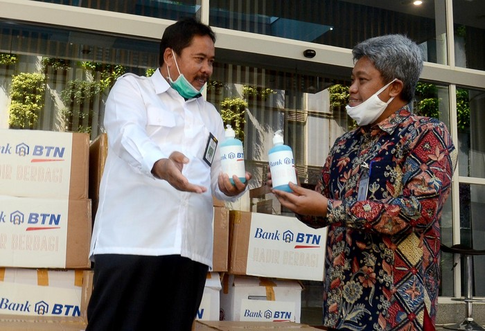 Sedikitnya 16.000 masker dan 400 botol hand sanitizer akan diteruskan oleh Kementrian PUPR ke lokasi terdampak COVID-19 lewat program Bina Lingkungan.