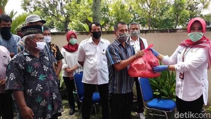 Bupati Klaten Sri Mulyani menyerahkan bantuan sembako bagi warga terdampak pandemi Corona