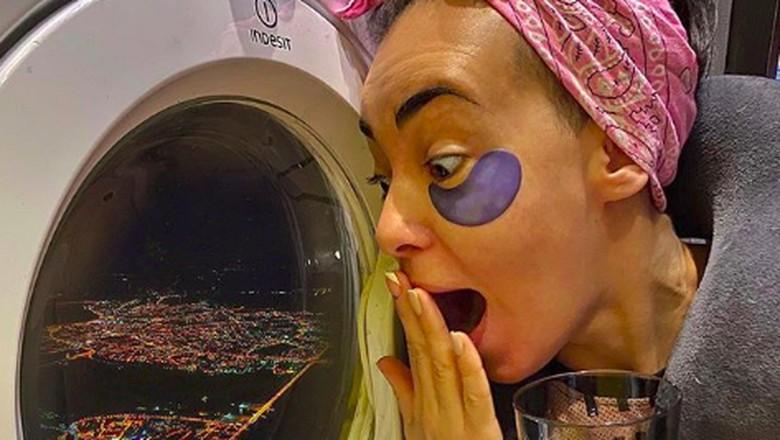 pose halu naik pesawat