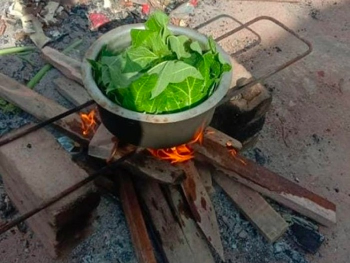 Buruh pabrik makan daun pepaya rebus