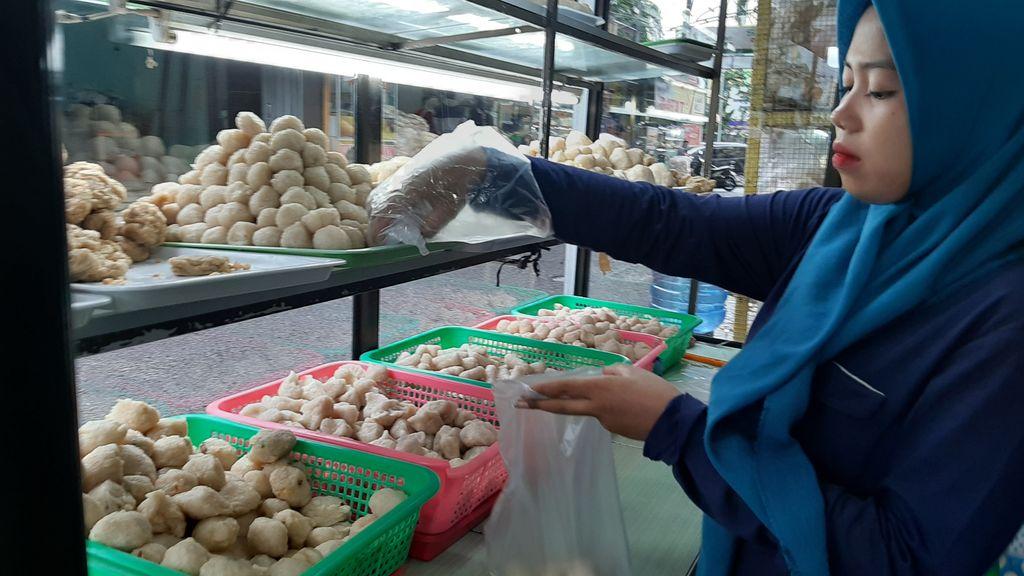 Pedagang pempek mengeluh pembeli berkurang gara-gara corona (Raja Adil-detikcom)