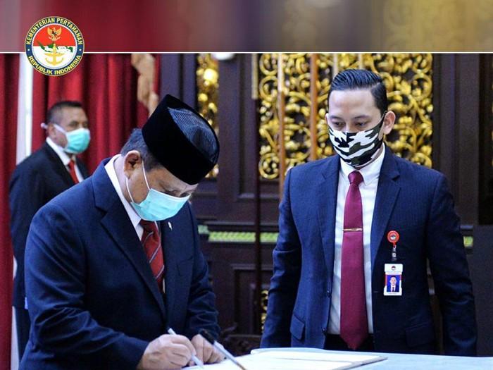 Menhan Prabowo Subianto melantik Laksamana Muda TNI A. Octavian menjadi Rektor Universitas Pertahanan.