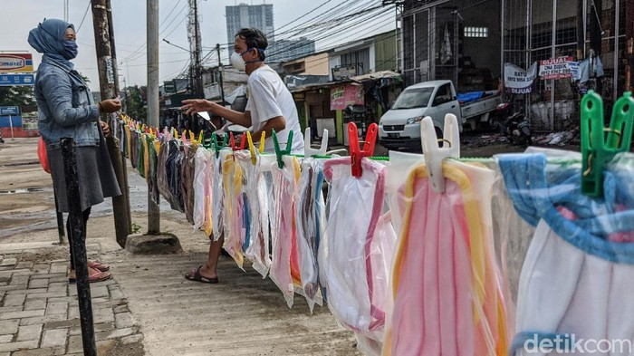 Para pedagang berjualan masker kain di kawasan Pasar Jombang Sudimara, Kota Tangerang Selatan (Tangsel), Banten (15/4/2020). Pedagang masker kain marak sebagai dampak pandemi COVID-19 dan kewajiban bermasker selama masa PSBB. Masker kain dijual dengan harga mulai Rp 5.000 hingga Rp 15.000 tergantung bahan dan jumlah lapisan kain.