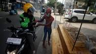 Di Yogya, Ada Spiderman Bagi-bagi Nasi Bungkus Lho