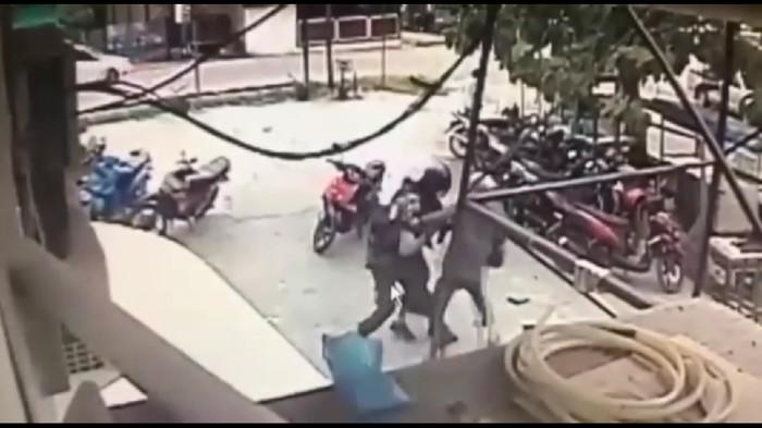 Kedua buronan MIT berupaya merebut senjata laras milik polisi di Poso (Screenshot video)