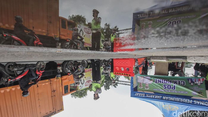 PSBB hari ke-5 di kawasan Jakarta Barat mulai berjalan lancar. Sejumlah kendaraan dari Tangerang mulai disiplin.