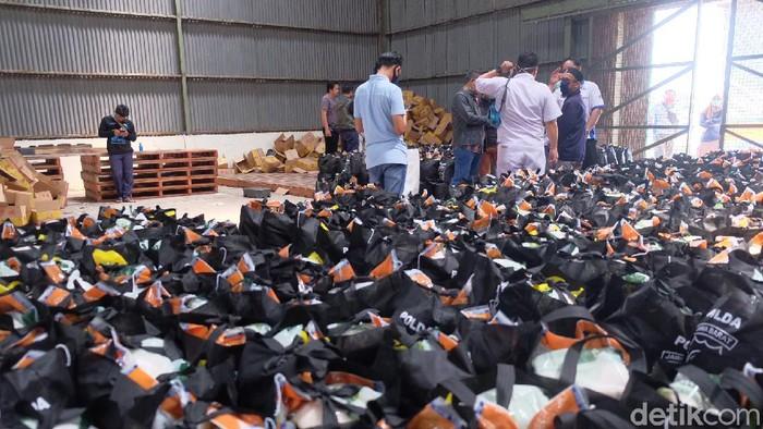 Paket Sembako untuk Buruh di Jabar