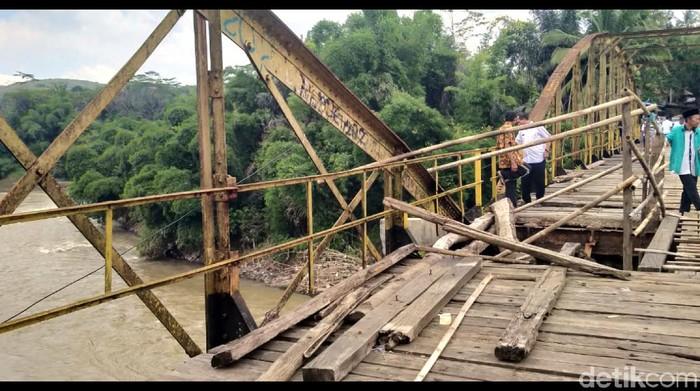 Ancam keselamatan penyebrang, warga minta pemerintah perbaiki jembatan ini