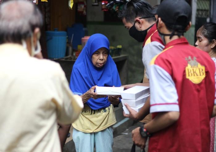 Resto Bebek BKB melakukan aksi sosial untuk masyarakat yang terkena dampak pandemi COVID-19 dengan memberikan donasi 10,000 nasi kotak Rabu (15/4).