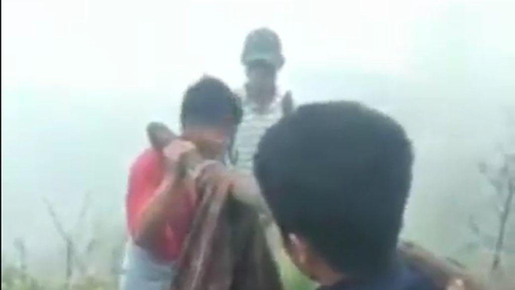 Viral Remaja Evakuasi Jasad Wanita dengan Sarung di Gunung Rinjani