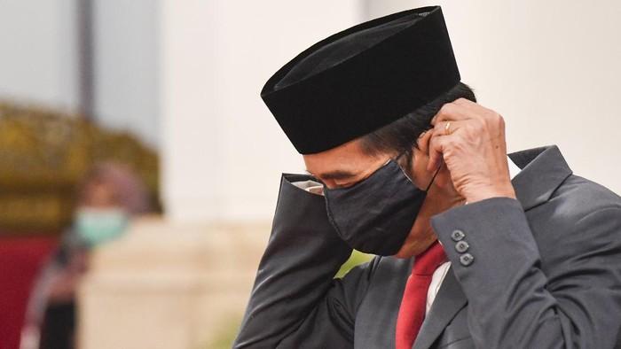 Presiden Joko Widodo (Jokowi) memakai masker saat melantik Wakil Gubernur DKI Jakarta Ahmad Riza Patria di Istana Negara, Jakarta, Rabu (15/4/2020). Ahmad Riza Patria resmi menjabat sebagai Wakil Gubernur DKI Jakarta seusai dilantik Presiden Joko Widodo.