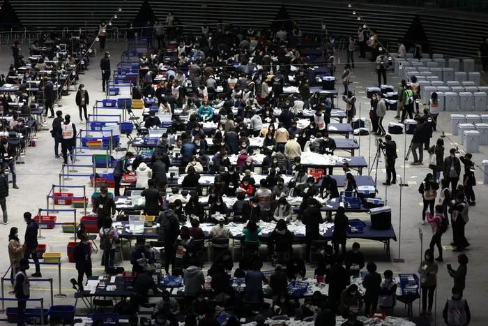 Korea Selatan tetap melaksanakan pemilu di tengah pandemi COVID-19. Pemilu tersebut digelar dengan tetap menerapkan langkah-langkah pencegahan penyebaran Corona